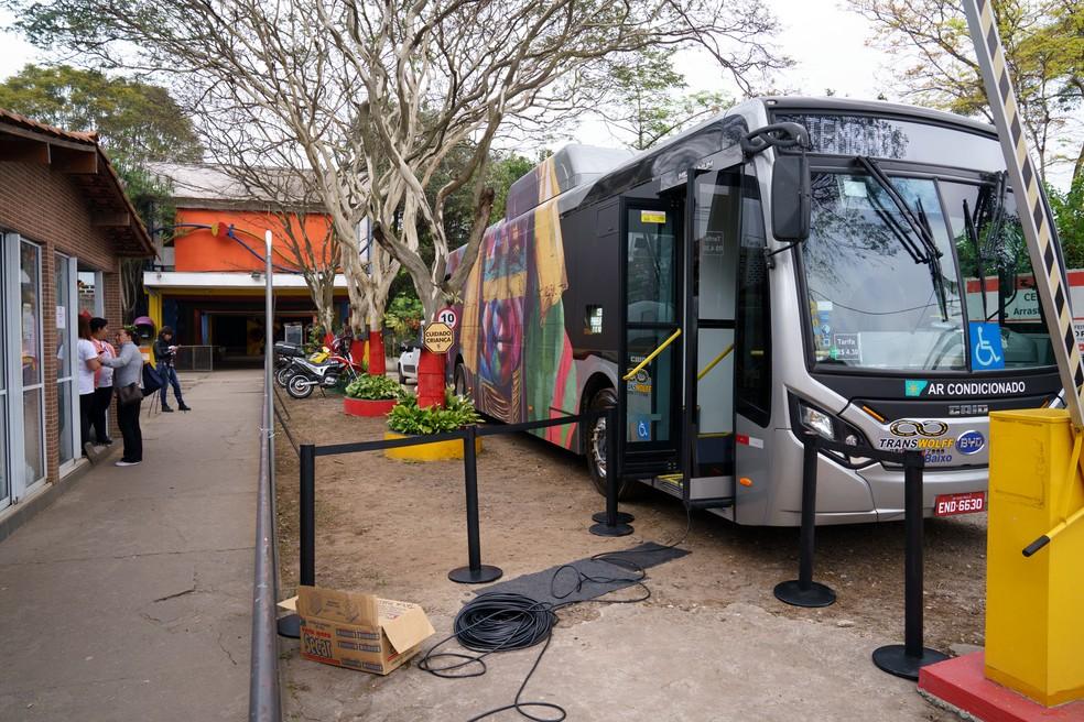 Ônibus circular transformado em galeria de arte para a exposição itinerante de Eduardo Kobra por São Paulo. Foto: Marcelo Brandt/G1.