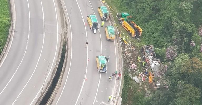 Empresa dona de ônibus que sofreu acidente no PR diz que veículo foi fretado