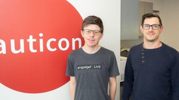Evan e Peter gostam de trabalhar na empresa, que eles dizem ter um ambiente relaxado e de apoio (Foto: AUTICON via BBC)