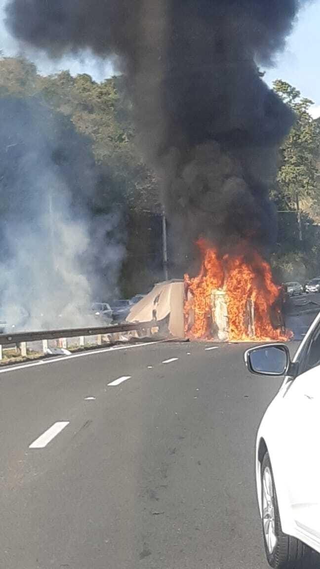 Caminhão pega fogo e provoca lentidão após capotar na Rodovia João Beira em Jaguariúna