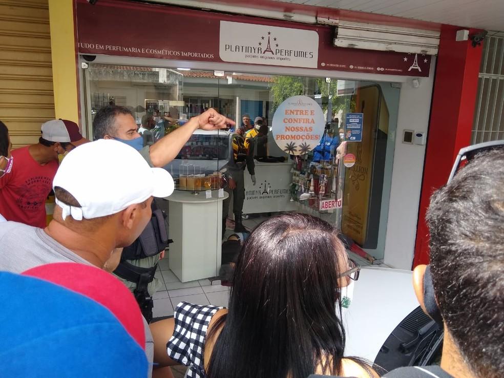 Assalto ocorreu em loja de produtos de perfumaria em Timbaúba — Foto: Reprodução/WhatsApp