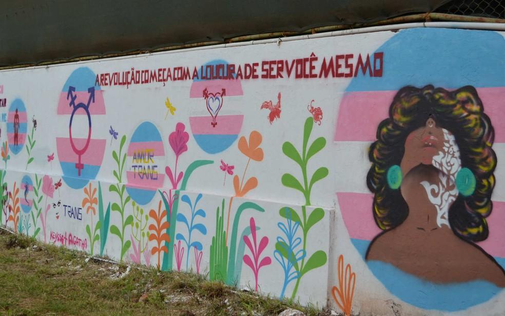 Muro do Creas da Diversidade do DF, grafitado por travestis e transexuais com mensagens de empoderamento (Foto: Secretaria de Trabalho e Direitos Humanos do DF/Divulgação)