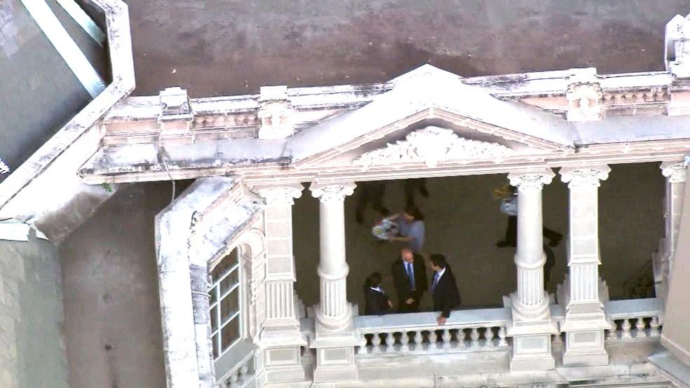 Garçons do Palácio Laranjeiras servem o último café da manhã a Pezão antes de ser levado preso — Foto: Reprodução/TV Globo
