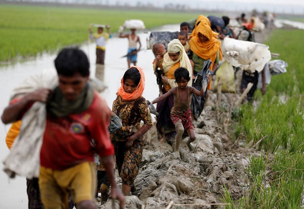 Refugiados atravessam a fronteira entre Mianmar e Bangladesh (Foto: REUTERS/Mohammad Ponir Hossain)