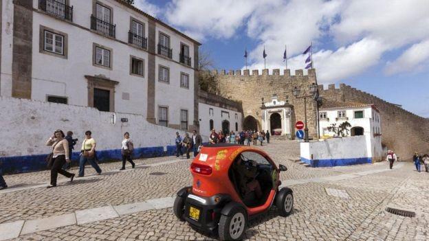 Portugal foi um dos primeiros países a investir em uma rede inteira de estações para carros elétricos (Foto: Alamy/ Via BBC)