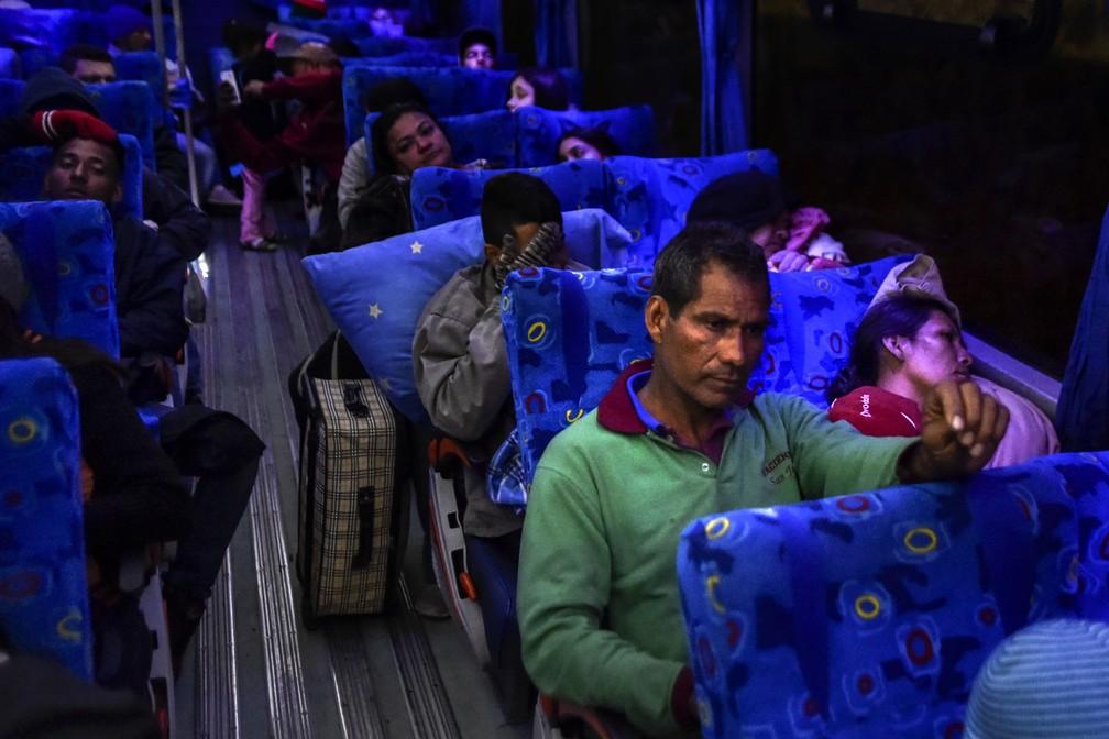 Joel Mendoza e Edicth Landinez viajam para Tulcan, cidade na fronteira do Peru, em um ônibus oferecido por autoridades do Equador como parte de 'corredor humanitário' para imigrantes venezuelanos (Foto: Luis Robayo/ AFP)