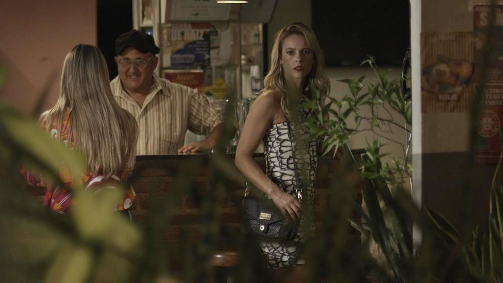 Jeiza (Paolla Oliveira) e Zeca (Marco Pigossi) brigaram mais uma vez e acabaram rompendo. Sem combinar, o ex-casal acaba indo se distrair em um pagode — Foto: TV Globo