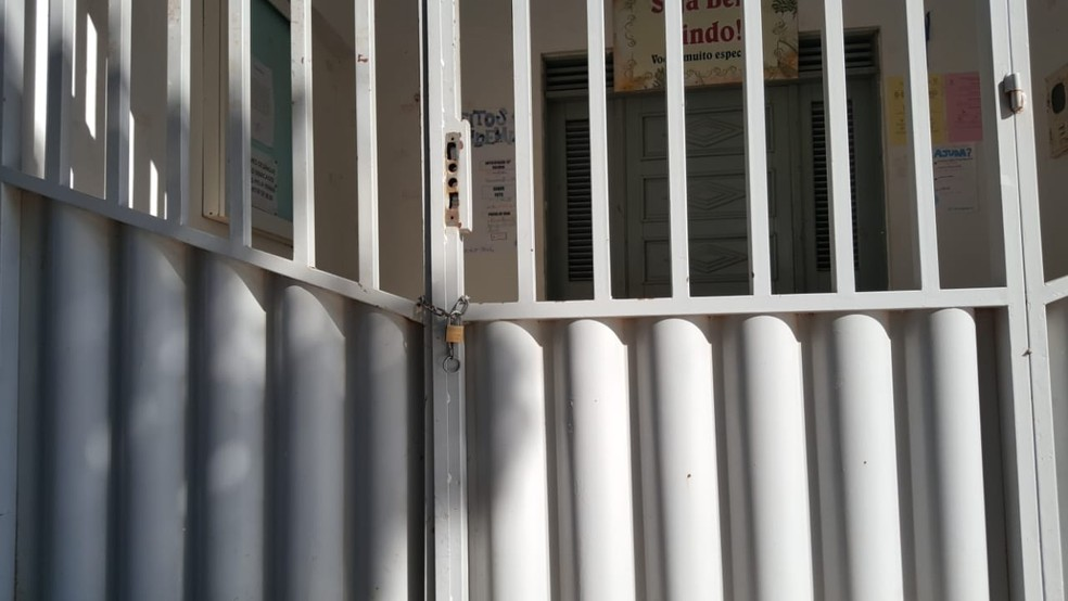 Dono de prédio onde funciona UBS, em Mossoró, fechou portão com cadeado por falta de pagamento de 18 meses de aluguel — Foto: Sara Cardoso/Inter TV Costa Branca