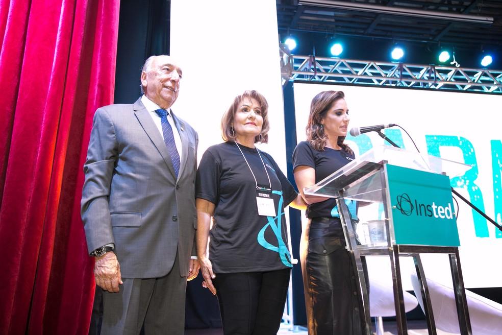 A diretora do Insted, Neca Chaves Bumlai ao lado dos pais Pedro Chaves e Reni dos Santos — Foto: Divulgação