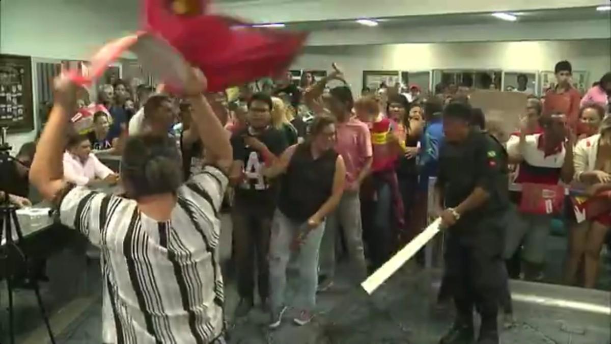 Manifestantes impedem votação da terceirização pela 5º vez em Esperança, PB