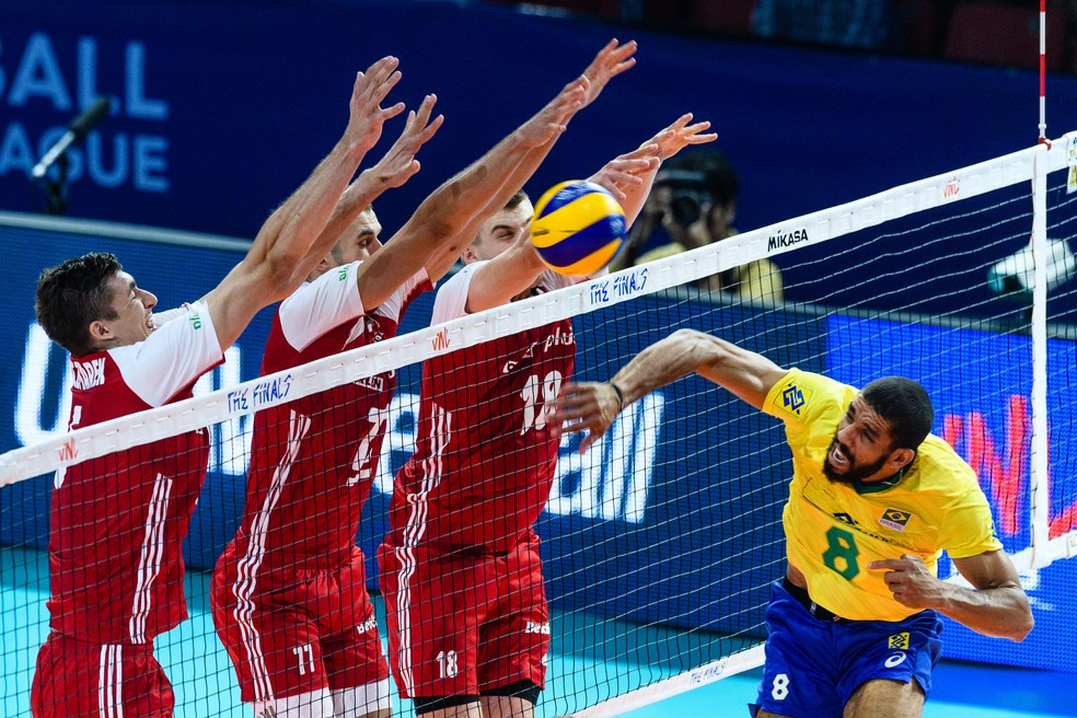 O Brasil parou no poderoso bloqueio polonês, na estreia da fase final da Liga das Nações — Foto: FVIB