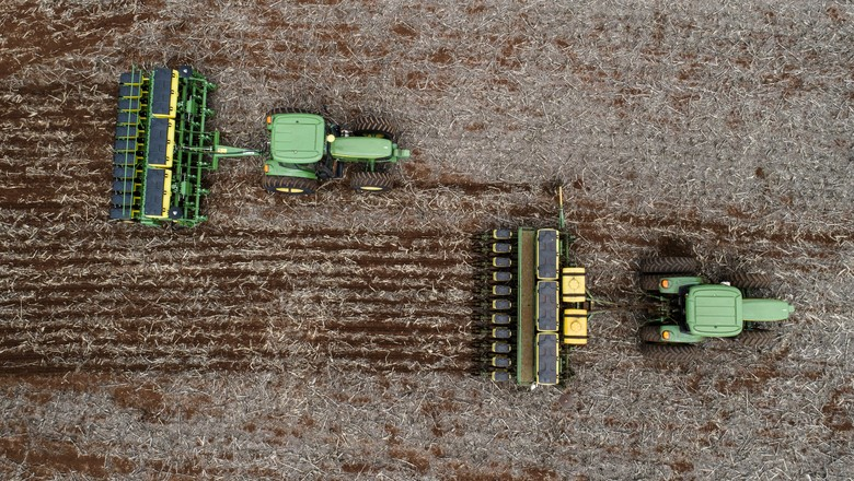 Produtor Lindomar   de Santa Mariana - PR Simulação do plantio de soja.  (Foto: Sergio Ranalli/Ed. Globo)