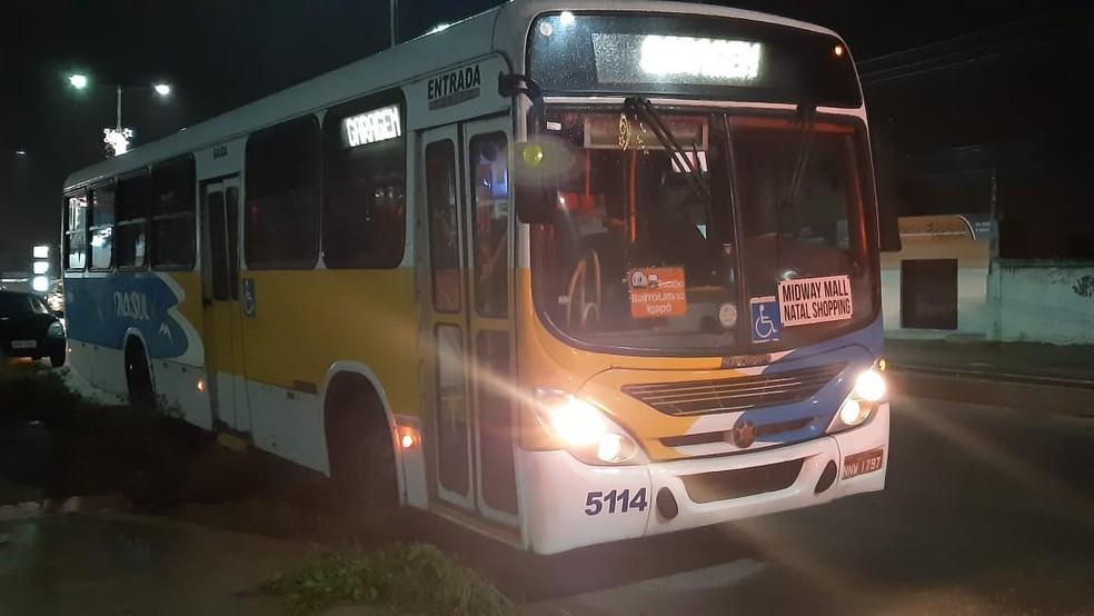 Homens assaltam ônibus na Zona Norte de Natal e levam celulares e dinheiro — Foto: Sérgio Henrique Santos/Inter TV Cabugi