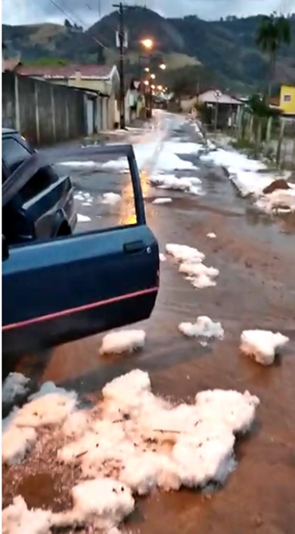 Ruas de Ibitiúra de Minas ficaram cheias de gelo pela manhã — Foto: Luciano Reis