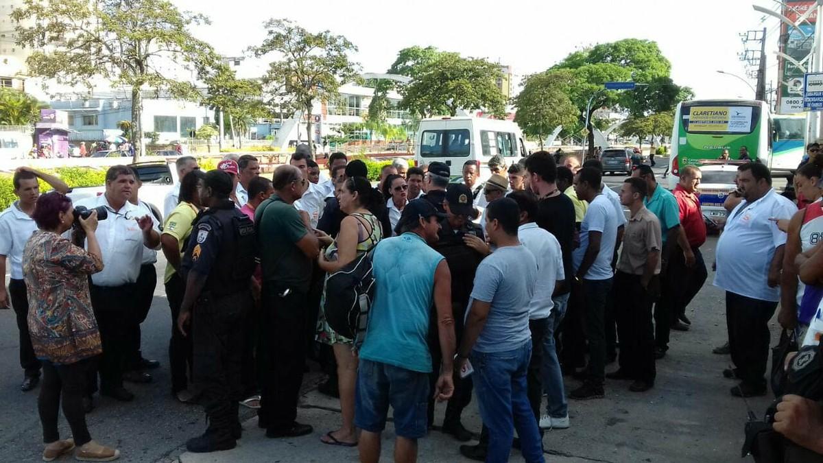 Rodoviários voltam a tentar impedir circulação de ônibus nesta sexta em Campos, no RJ