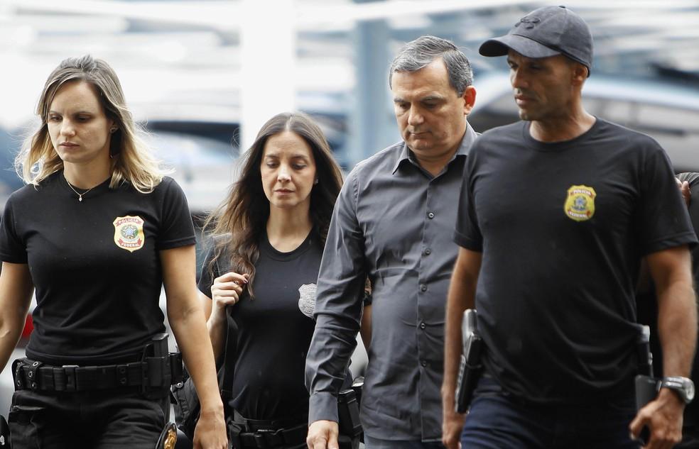 Régis Fichtner, ex-chefe da Casa Civil do governo Sérgio Cabral, chega à sede da PF no Rio após ser preso (Foto: Severino Silva/Agência O Dia/Estadão Conteúdo)