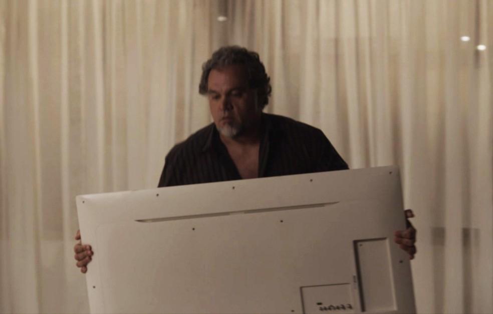 O homem faz a limpa na casa da arquiteta (Foto: TV Globo)