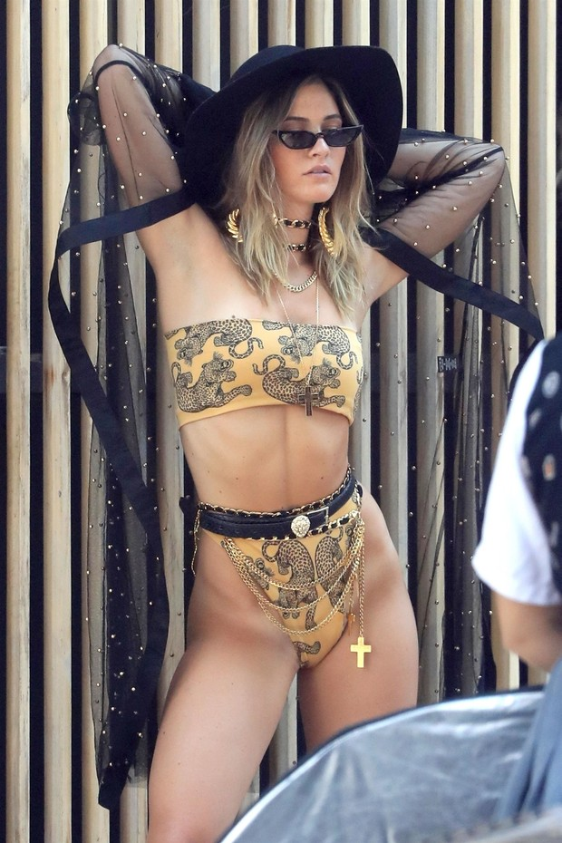 West Hollywood, CA  - *EXCLUSIVE* Ben Affleck's new girlfriend Shauna Sexton on the set of a photoshoot on the streets of West Hollywood. Shauna was on fire in a Versace bikini as she struck a few poses for the camera. **SHOT 08/19/18**Pictured: Shaun (Foto: GAMR / BACKGRID)
