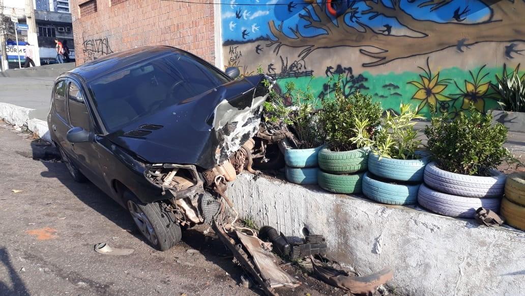 Criminosos em fuga colidem com carro estacionado perto do canal da Gentil, em Belém - Notícias - Plantão Diário