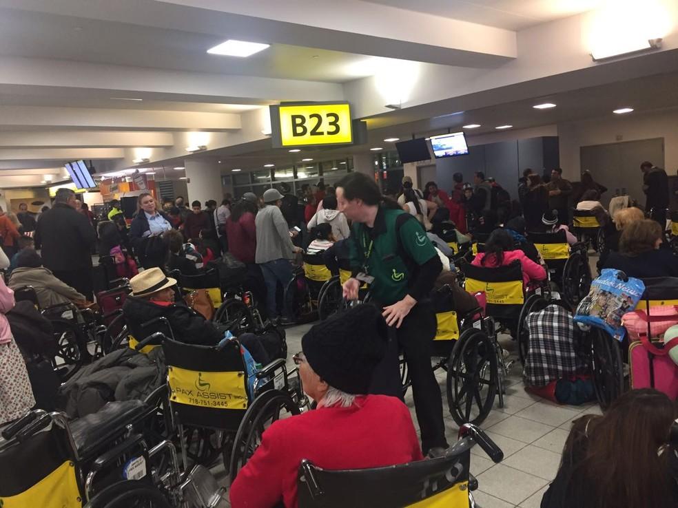 Brasileiros relatam atraso de mais de 20 horas em voo de Nova York para São Paulo neste sábado (6) (Foto: Monica Portella/Arquivo Pessoal)