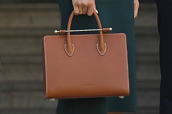 A bolsa da atriz e duquesa Meghan Markle ainda com o plástico (Foto: Getty Images)