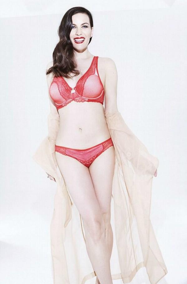 A atriz Liv Tyler em um ensaio de lingerie (Foto: Divulgação)