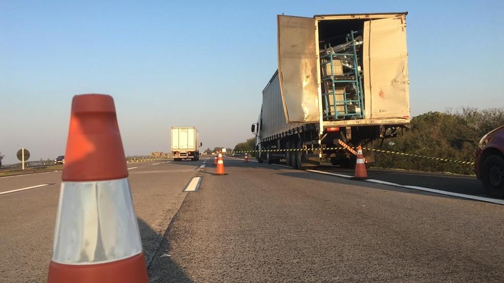 Caminhão carregado de peças automotivas fazia uma ultrapassagem no momento da colisão. — Foto: Josmar Leite/RBS TV