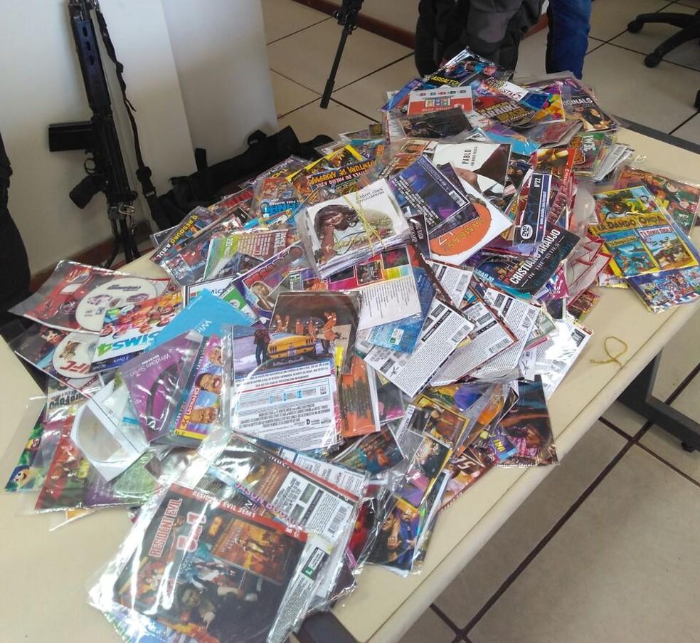 CDs e DVDs piratas apreendidos em Rio das Ostras (Foto: Polícia Militar/Divulgação)