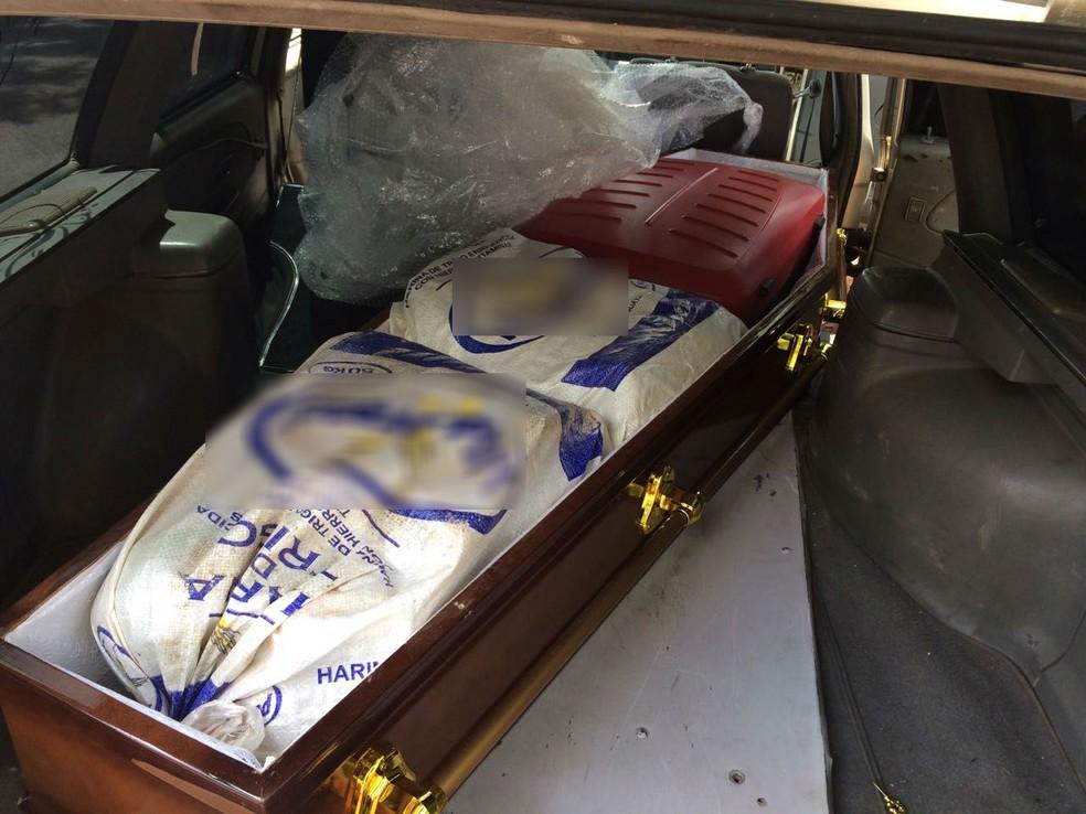 Drogas estavam embaladas dentro de mala e em sacos plásticos (Foto: Polícia Rodoviária Estadual/Divulgação)