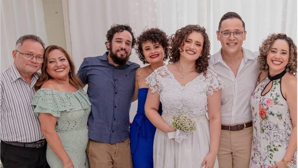Nilton com os pais e com os irmãos; ele havia ganhado bolsa para estudar nos EUA, mas covid mudou planos — Foto: Arquivo Pessoal/Nilton Barreto dos Santos
