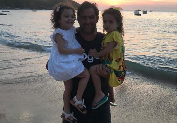 Thierry Figueira e as filhas gêmeas, Nina e Rafaela (Foto: Reprodução/Instagram)