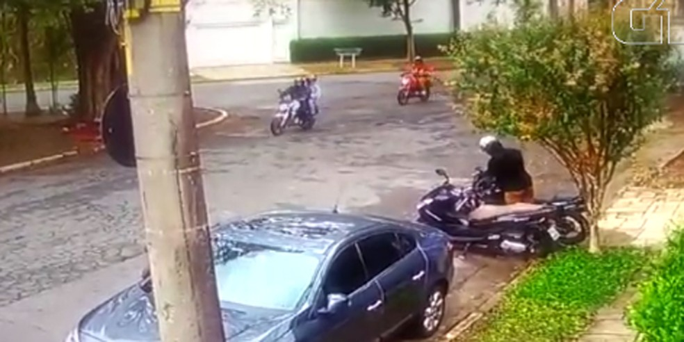Polícia Civil investiga se dois motociclistas faziam escolta de homem que deixou moto de PM desaparecida em SP (Foto: Reprodução/Câmera de segurança)
