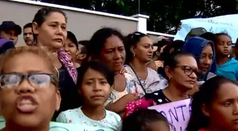 Moradores do Monte Horebe vão à sede do MP-AM protestar contra reintegração de posse  — Foto: Reprodução