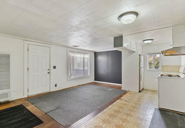 A casa tem um único cômodo, e provavelmente será demolida para que outra seja construída no espaço (Foto: Divulgação/Open Homes Photography)