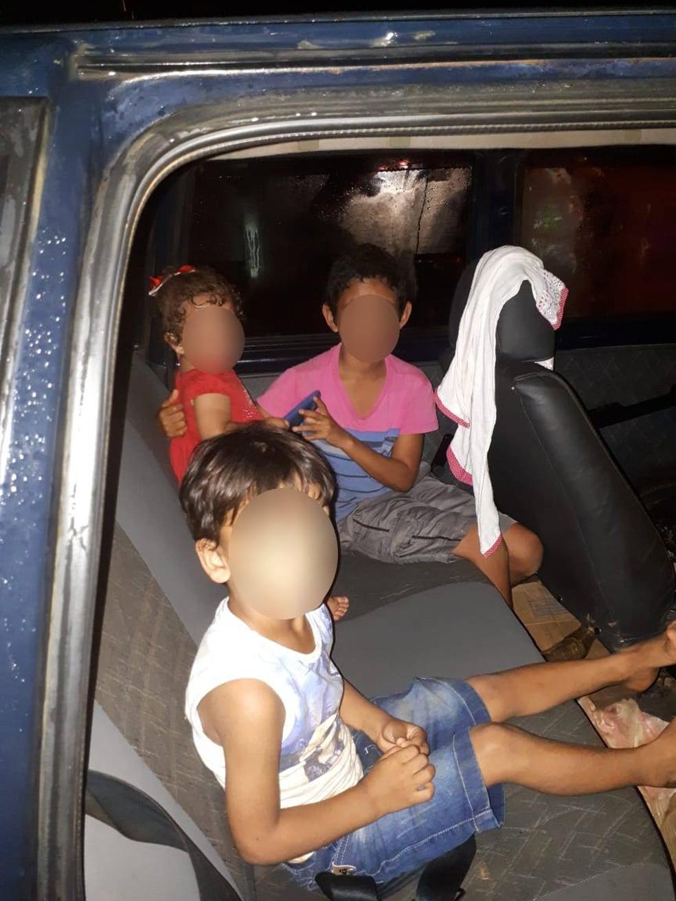 Crianças de 4 e 10 anos, e o bebê, estavam deitados no banco traseiro do automóvel, na frente da boate em Sapezal — Foto: Polícia Militar de Mato Grosso/Divulgação