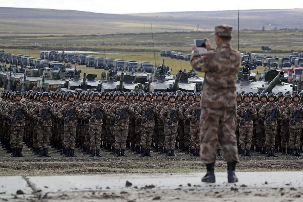 Putin inspeciona exercícios militares da Rússia e promete fortalecer o  Exército   Mundo   G1