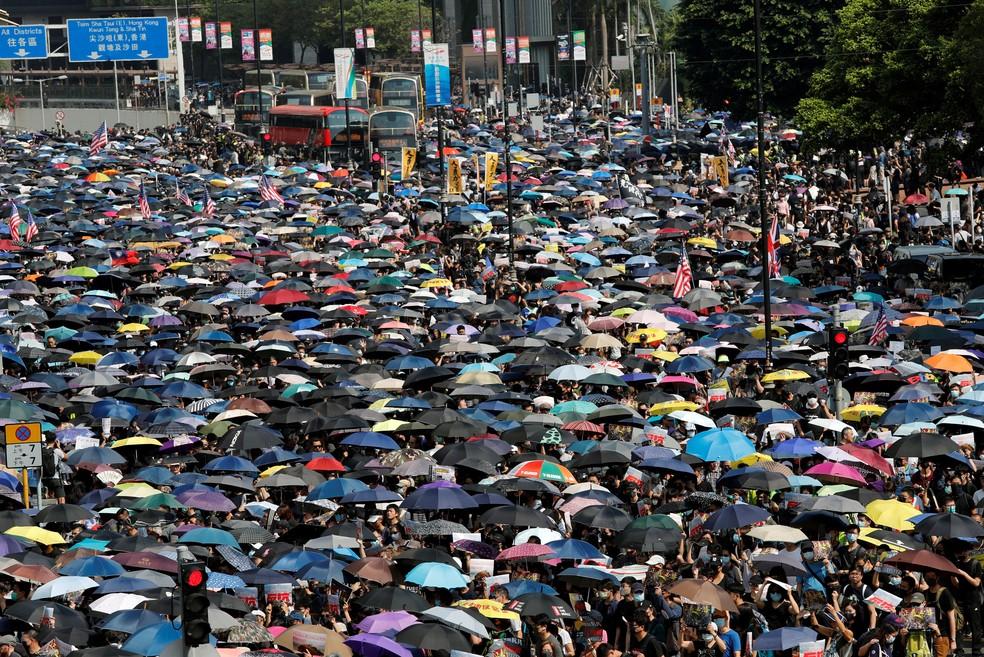 Manifestantes marcham no distrito de Tsim Sha Tsui, em Hong Kong, neste domingo — Foto: Tyrone Siu/Reuters