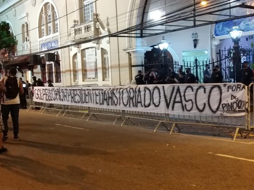 Faixa em protesto contra Alexandre Campello é colocada em frente à entrada da sede social — Foto: Raphael Zarko