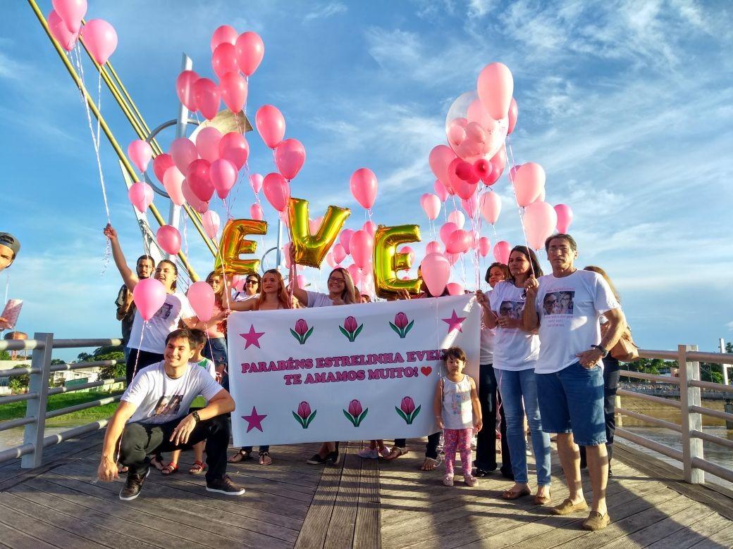 Amigos e familiares soltam balões às margens do Rio Acre em homenagem a jovem que morreu após câncer