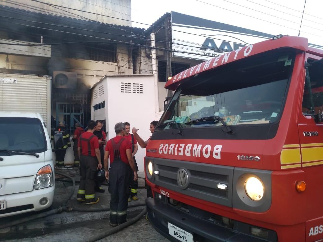 Incêndio em lavanderia deixa dois feridos na Rotary, em Maceió