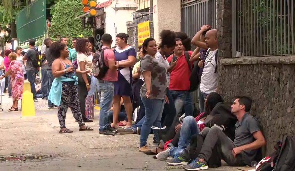Fila no Feirão de Emprego no Maracanã, Rio de Janeiro, no final de abril  — Foto: Reprodução/TV Globo