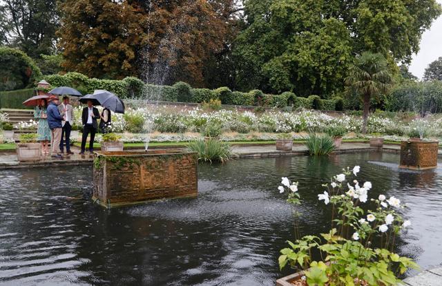 Kate Middleton e Príncipe William no The Sunken Garden, o belíssimo jardim que fica em frente ao Palácio de Kensington e está aberto a visitação (Foto: Getty Images)