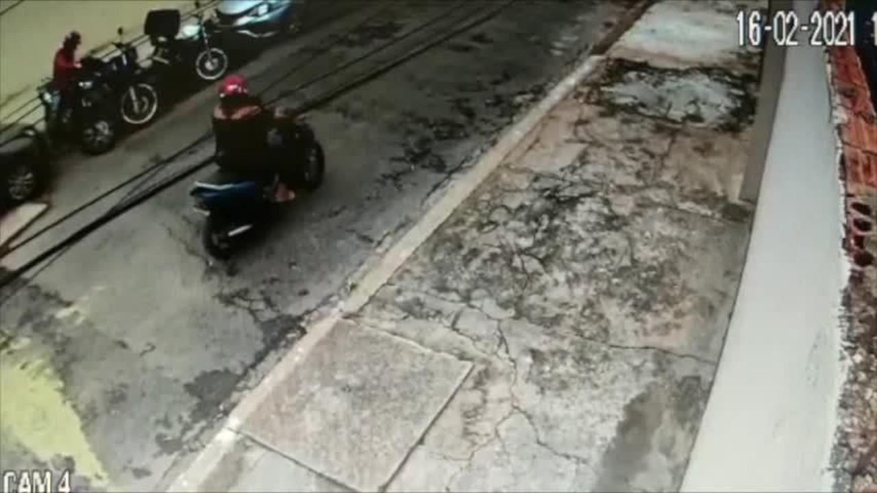 Homem é flagrado furtando moto em Cuiabá