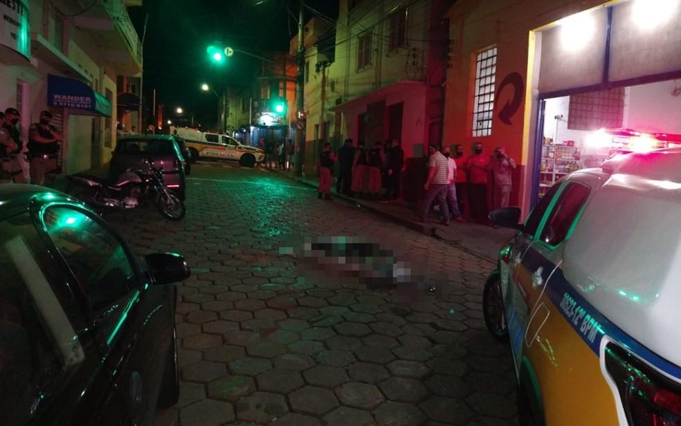 Homem é morto a tiros por policial militar aposentado durante tentativa de assalto a bar em Passos, MG — Foto: Hélder Almeida