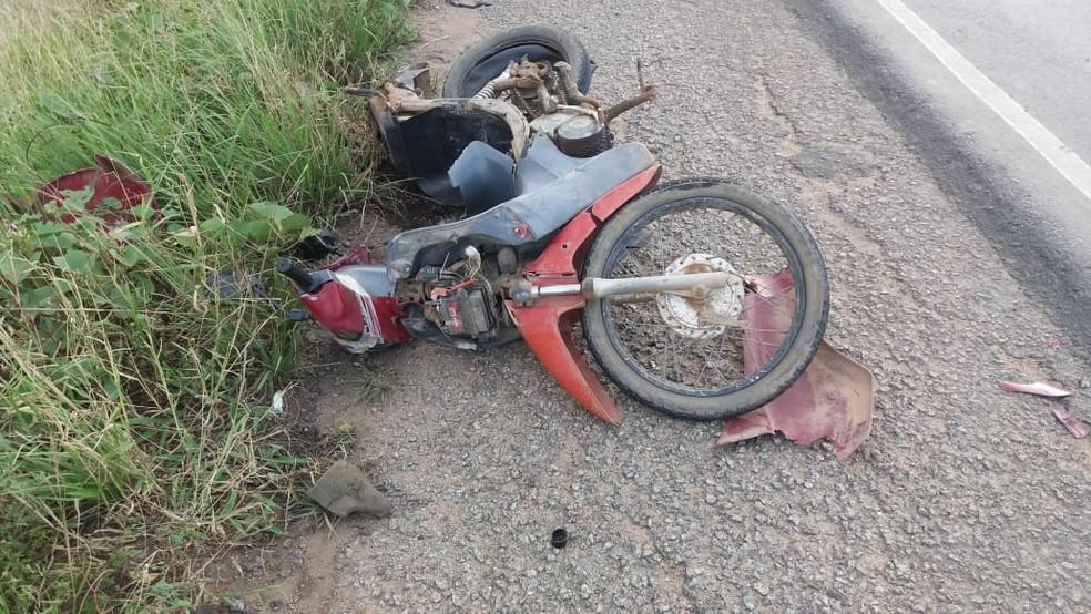 Motocicleta após acidente na BR-104 — Foto: Polícia Rodoviária Federal/Divulgação