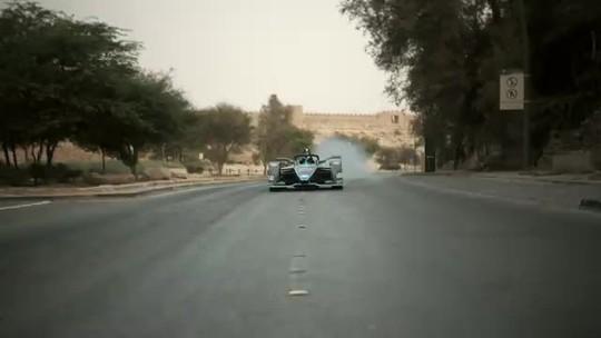 """Em seu novo carro, Felipe Massa encara """"desafio"""" de velocidade com um falcão; veja o vídeo"""