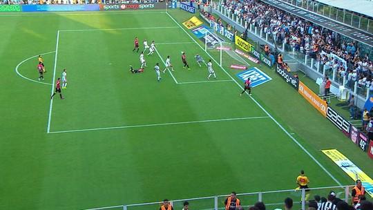 Madson cruza na área e Sánchez quase faz gol contra, mas arbitragem já assinalava impedimento aos 4 do 2º tempo