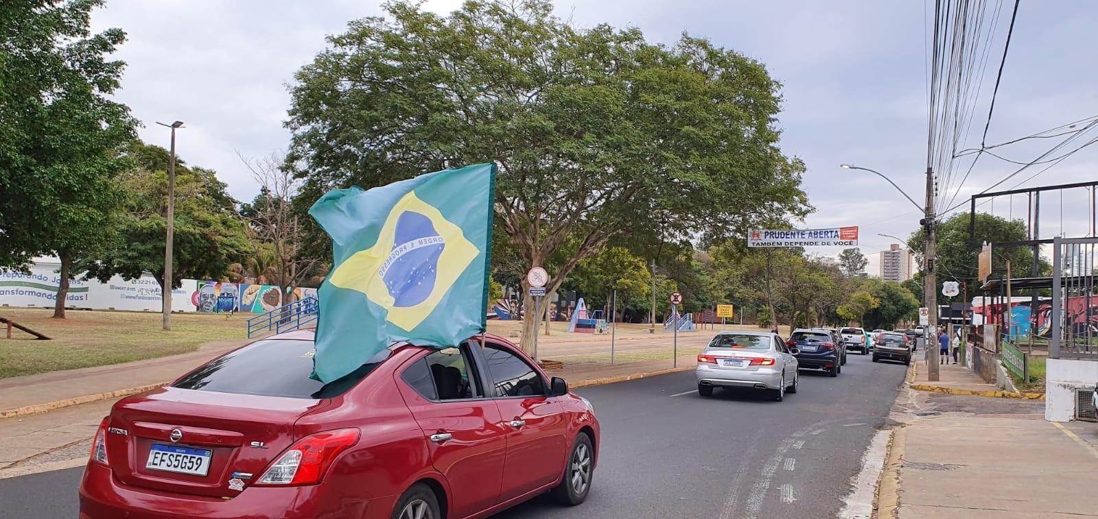Manifestantes fazem carreata a favor do voto impresso em Presidente Prudente