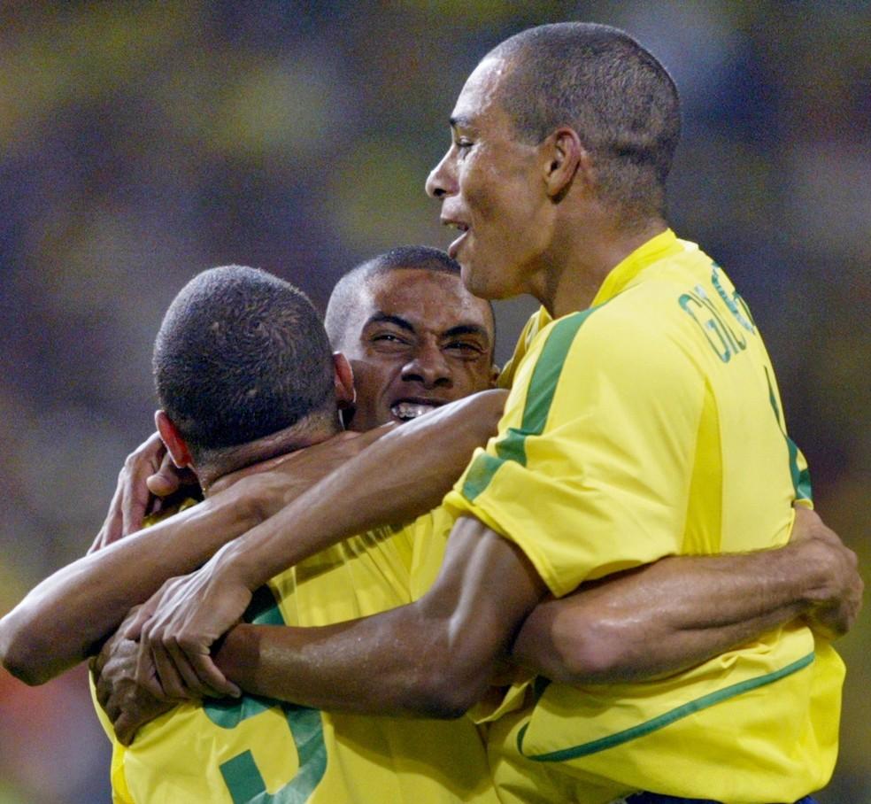 Kleberson com Ronaldo e Gilberto Silva na Copa de 2002 — Foto: ODD ANDERSEN / AFP