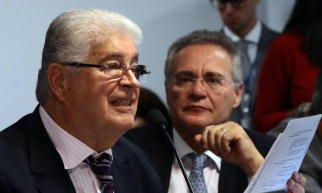 Os senadores Roberto Requião e Renan Calheiros, ambos do PMDB (Foto: Givaldo Barbosa / Agência O Globo)